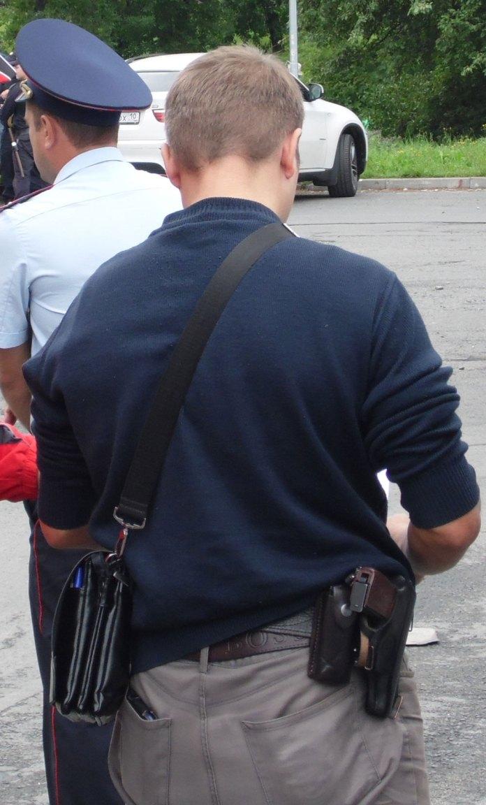 Полицейский Андрей Корнилов очень не хотел попадать в объективы фотокамер. Фото: Алексей Владимиров