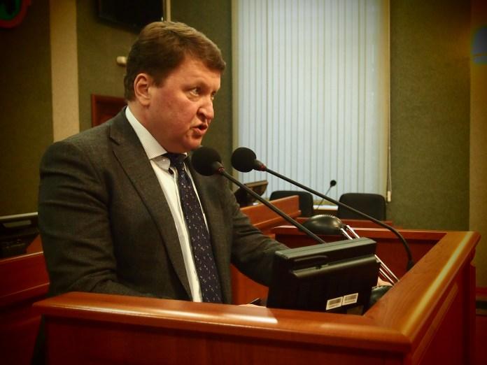Министр экономического развития и промышленности Карелии Олег Арминен выступает на бюджетных слушаниях в республиканском парламенте. Фото: Валерий Поташов