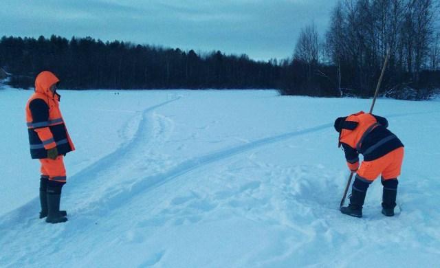 Карельские спасатели проверяют лед на реке Суна. Фото: Алексей Владимиров