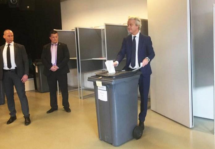 Герт Вилдерс на избирательном участке. Фото со страницы политика в Facebook