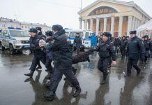 Задержание участника митинга против коррупции на площади Кирова в Петрозаводске. Фото: Игорь Подгорный