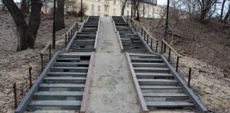 В таком состоянии находится спуск к парку к историческим корпусам Онежского тракторного завода в историческом центре Петрозаводска. Фото: Черника