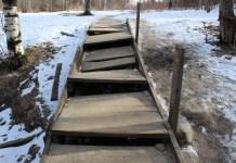 В таком состоянии находится лестница в ямке у реки Неглинки в Петрозаводске. Фото: Черника