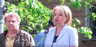 """Председатель партии """"Яблоко"""" Эмилия Слабунова выступает на митинге против реновации в Москве. Фото: facebook.com"""
