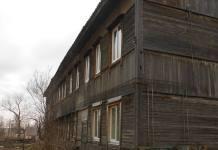 Дом на улице Санаторной в Медвежьегорске давно нужно сносить, но с его жильцов взыимали плату за капремонт. Фото: Игорь Бочинский