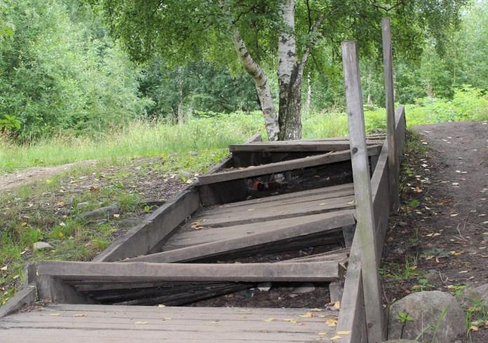 На то, чтобы отремонтировать деревянную лестницу в самом центре Петрозаводска, столичный статус не нужен. Фото: Черника