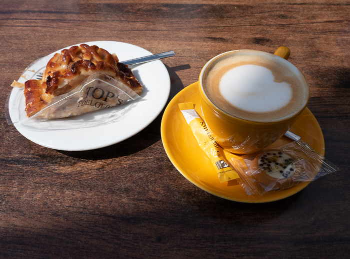 By bike through a National Park in the Netherlands to the Military Museum and the Zoo. Coffe and Apple Pie