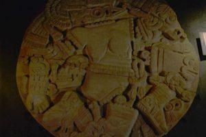Disco en piedra mostrando a la diosa mexica Lacoyolxauhqui, la adoradora de las cabezas, Templo Mayor, Ciudad de México