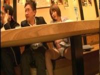 居酒屋で同僚におまんこを弄られ潮吹きしてる癒し系の可愛いOLのキョニュ動画(無料