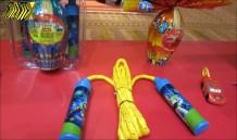 As animações da Pixar também estão na linha de ovos Nestlé: Toy Story vem com corda de pular e Carros vem com um carrinho do Relâmpago McQueen.