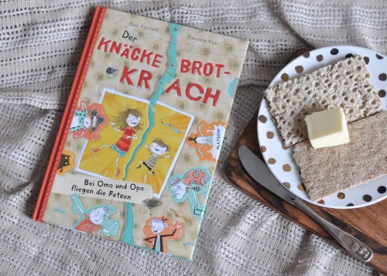 Streicht man die Butter auf die glatte oder knubbelige Seite eines Knäckebrots? Oma und Opa sind sich so gar nicht einig. Ein herrlich abgedrehter Comic über das unsinnige Streiten und Zusammenhalten. #streit #kinderbuch #comic #lesen #vorlesen #knäckebrot #zusammenhalt #oma #opa