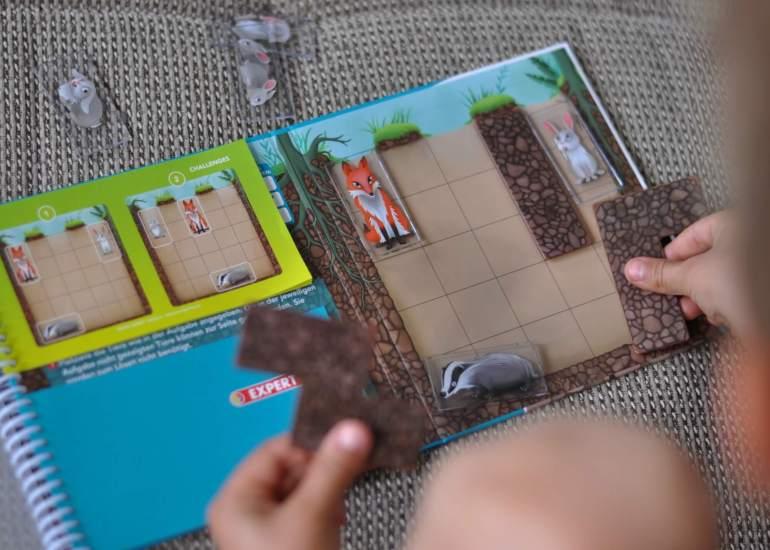 """Magnetische Logikspiele für die Reise: Bei """"Gewühle in der Grube"""" und """"Korallenriff"""" lernen kinder logisches Denken, Planen und Problemlösungen. Fische finden, Höhlen bauen und drauf los puzzlen: Dazu machen die Knobelaufgaben in verschiedenen Schwierigkeitsstufen richtig Spaß. Für Kinder ab 4 bzw. 5 Jahren. #reise #spiel #logik #puzzle #autofahrt #beschäftigung #rätsel #kinder"""