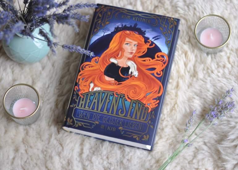 In Heaven's End, einem kleinen schottischen Küstenort, lebt die 15-jährige Jojo mit ihrer Familie – der lebenden und der toten. Jojo kann Geister sehen, nur darf davon niemand etwas wissen. Auf einmal gehen unheimliche Dinge vor sich, die etwas mit schwarzer Magie zu tun haben könnten. Und mit einem dunklen Familiengeheimnis. #geister #buch #fantasy #magie #schottland #lesen #romantasy