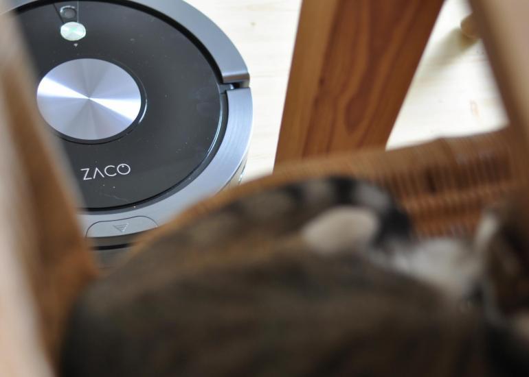 Ein Haushalt mit Kindern und Tieren ist immer eine Herausforderung - denn hier liegen eben neben Krümeln, Haaren und Co. auch viel rum. Doch jetzt habe ich einen Helfer – und auch mehr MeTime: Der Zaco A9S ist ein Saug- und Wischroboter, der sich dazu total bequem via Fernbedienung, App oder Amazon Alexa steuern lässt. Dazu ist er wie geschaffen für unsere recht große Wohnung. Ein Testbericht! #saugroboter #wischfunktion #familie #tierhaare #saugen #haushalt #metime #test