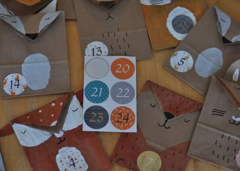 Wir basteln einen Waldtier-Adventskalender aus  Papiertüten mit Hase, Wildschwein, Reh, Dachs, Bär, Igel, Fuchs und Eule. Eine Anleitung für zwei süße Tierkalender. #waldtier #tiere #diy #adventskalender #weihnachten #kinder #basteln #papiertüte #malen
