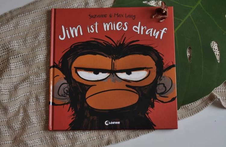 Jim ist mies drauf ist ein wunderbares Bilderbuch, das witzig und einfühlsam den Umgang mit Gefühlen beschreibt, die sich nicht so leicht erklären lassen. Dabei wird klar: es ist okay, auch mal schlecht drauf zu sein. #affe #dschungel #schlechte #laune #traurig #vorlesen #bilderbuch #kinder