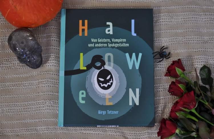 """Halloween hat längst auch bei uns einen festen Platz im Kalender. Kleine Gruselgestalten ziehen am Abend des 31. Oktober von Tür zu Tür, rufen """"Süßes, sonst gibt's Saures!"""" und fordern Leckereien ein. Aber warum eigentlich? Wer hat damit angefangen? Wann wurde zum ersten Mal eine Grimasse in einen Kürbis geschnitzt und mit einer Kerze beleuchtet? #halloween #sachbuch #grusel #vampir #rezepte #backen #buffet #party #lesen #kinderbuch"""