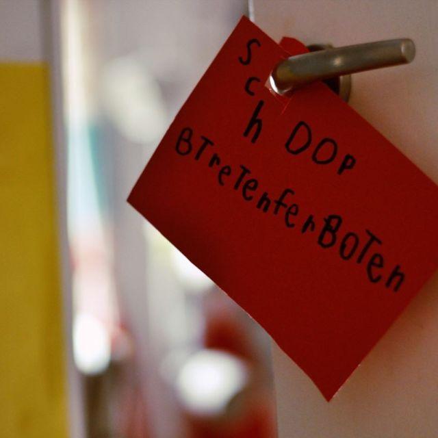 SPRECHENDE TR  Das Schulkind schreibt nun Trschilder Viele Trschilderhellip