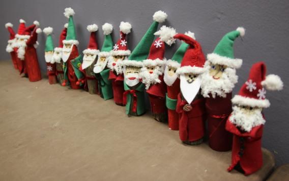 basteln mit kindern f r weihnachten weihnachtsm nner aus holz muttis n hk stchen. Black Bedroom Furniture Sets. Home Design Ideas