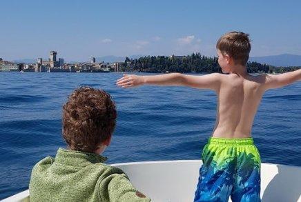 gardasee-mit-kind-motorboot-fahren-2