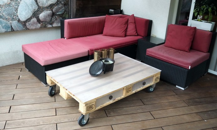Paletten-Couchtisch auf Rollen und mit Tischfläche und Laden aus Plexiglas (Acrylglas)