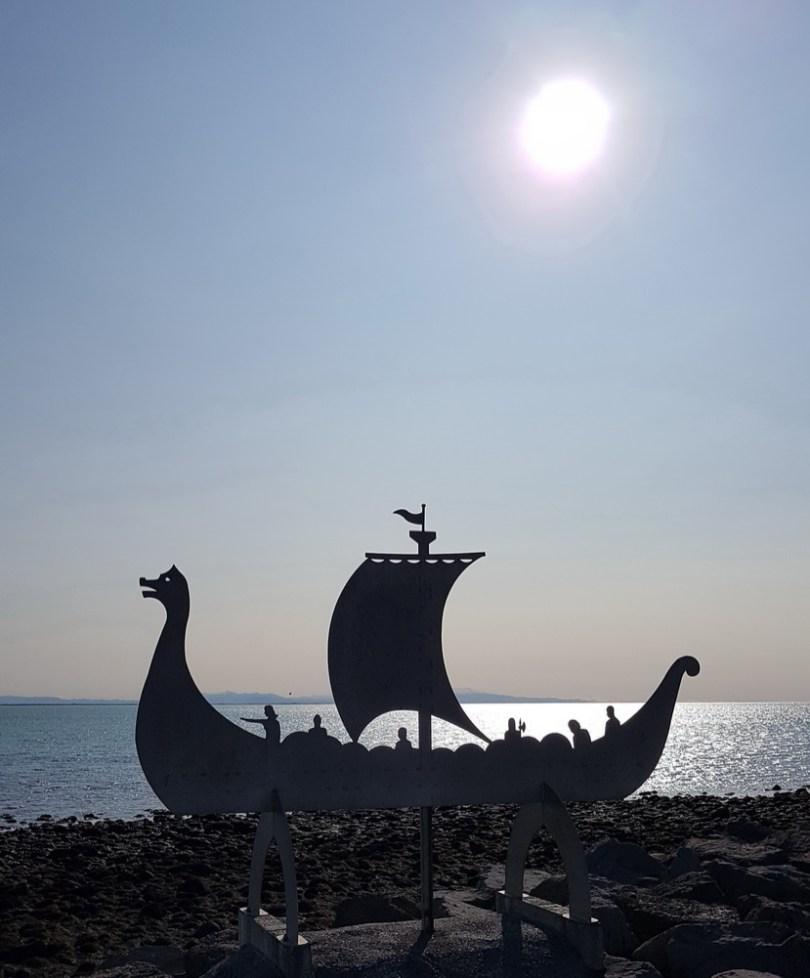 Island mit Kindern: Ringstraße Westen: Wikingerschiff