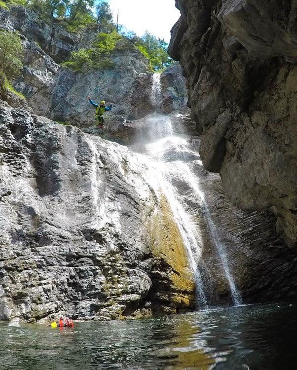 Canyoning: Der Guide springt
