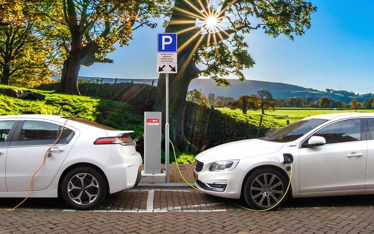 ¿Con quién puedes asegurar tu coche eléctrico?
