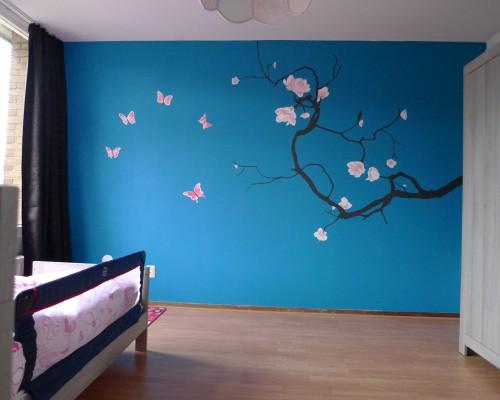 muurschildering slaapkamer bloemen en vlinders