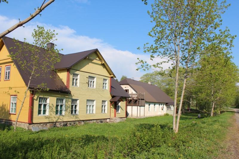 Hanila uuem ja vanem koolimaja