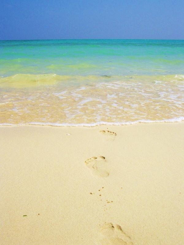 jalanjäljet rannalla