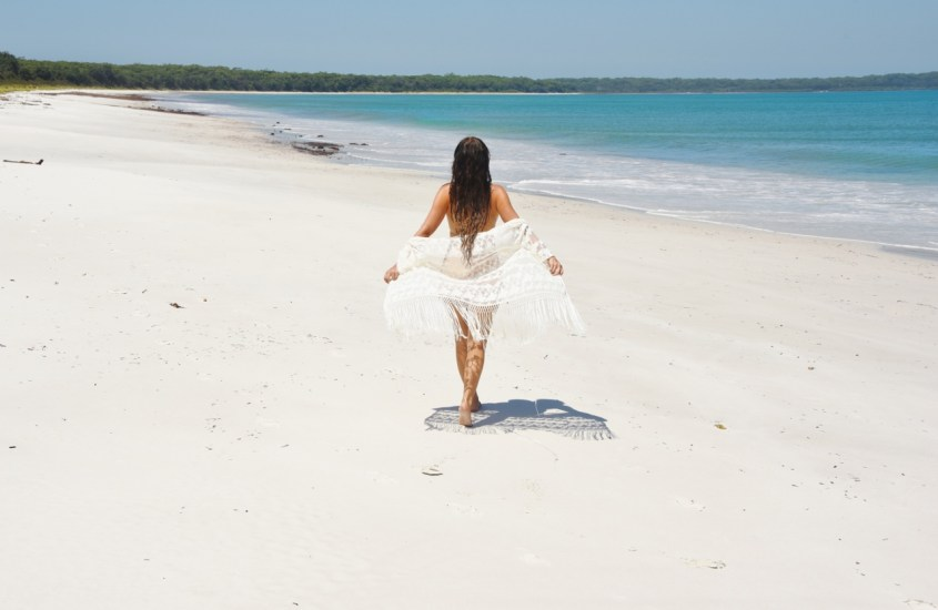 Maailman valkoisimmalla hiekalla Australian Jervis Bayssä