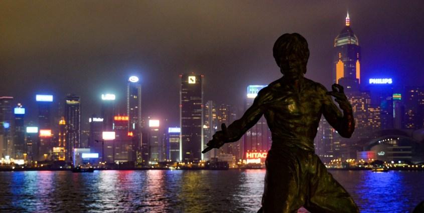 Hongkong nähtävyyksiä | Bruce Lee -patsas Victoria-satamassa.