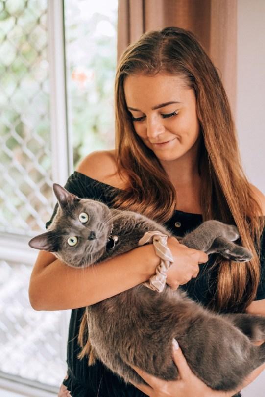 Lemmikkivahti | Kissa kainalossa