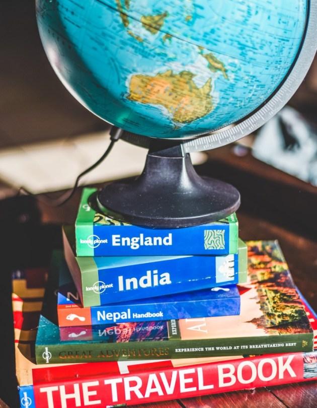 Lahjaideat matkailijalle | Karttapallo ja matkakirjoja
