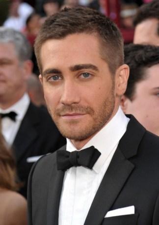 Jake-Gyllenhaal-straight-pocket-square1-540x764