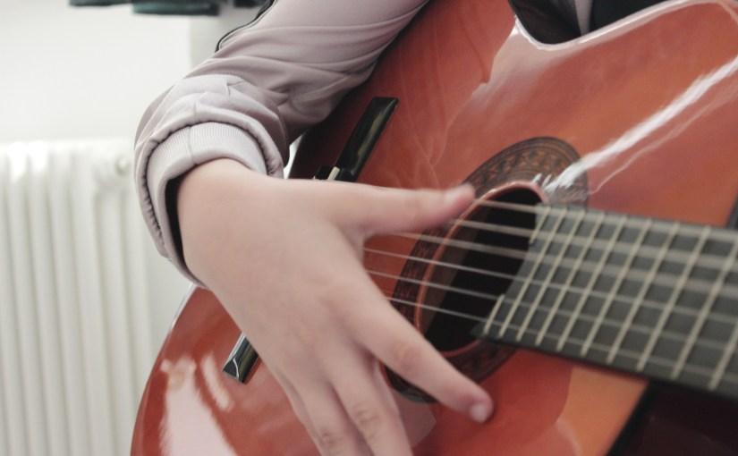 Zusammen Saiten zupfen beim Gitarrenensemble