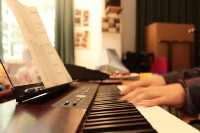 Ein Schüler des Projekts spielt Klavier.