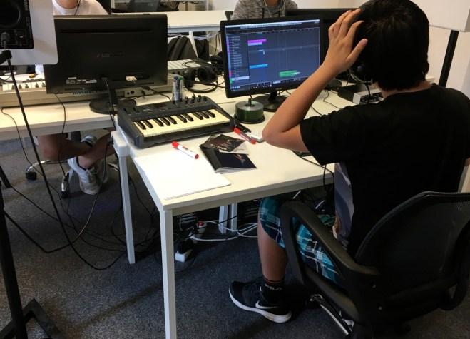 Die Schüler bearbeiten mit einem Programm die Tonsequenzen.
