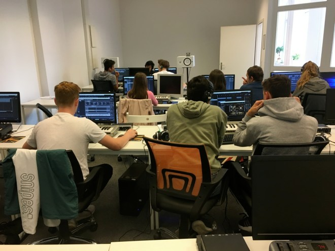 Man sieht den ganzen Raum mit allen Schülern, welche am Computer sitzen