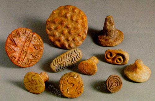 Керамички печати со различни симболични претстави најдени во неолитските населби низ Пелагонија