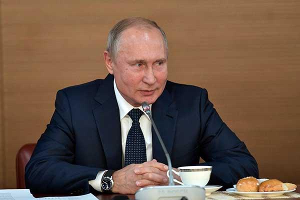 Путин поручил предоставить творческим вузам право на свои образовательные стандарты