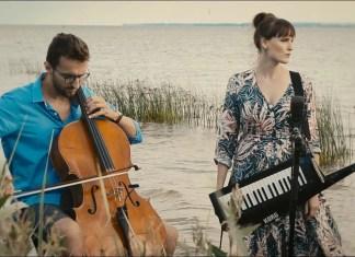 """Bovska śpiewa, stojąc w Zatoce Puckiej (zobacz teledysk """"Pofalowani"""")"""
