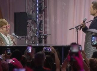 """Taron Egerton i Elton John zaśpiewali podczas oscarowego przyjęcia piosenkę zatytułowaną """"Tiny Dancer""""."""