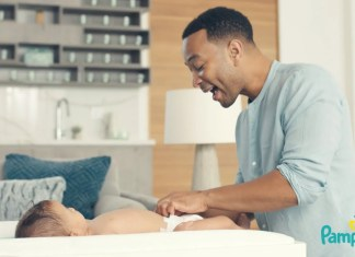 Adam Levine i John Legend wystąpili w uroczej reklamie firmy produkującej pieluchy