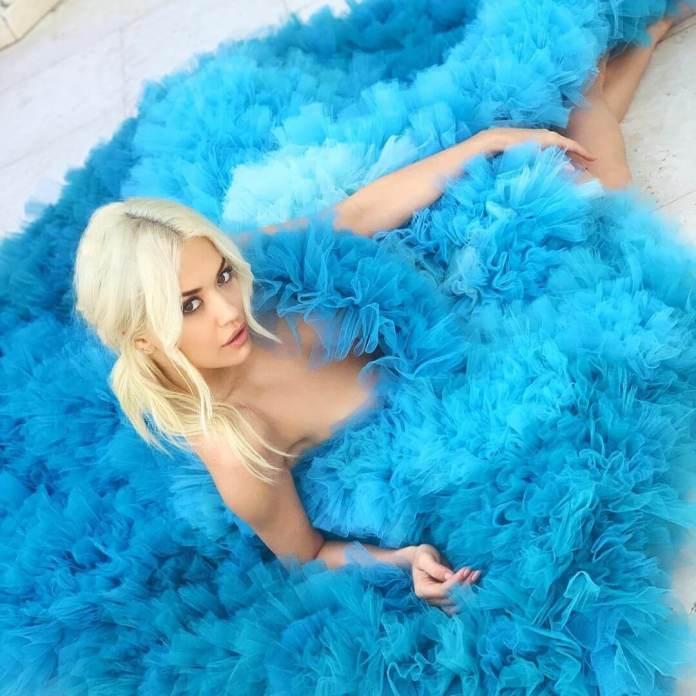 Rita Ora wylewa się z sukienki! Wygląda oszołamiająco (ZDJĘCIA)