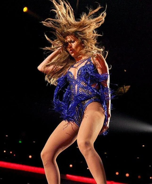 Jennifer Lopez: Zobacz gorące i nieziemskie kreacje przed Super Bowl (FOTO)