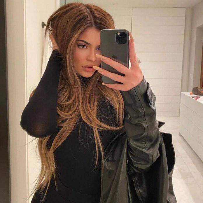 Kylie Jenner wygląda jak Selena Gomez! Jej nowa fryzura to hit na 2020 rok. W dodatku odmładza