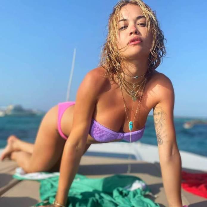 Rita Ora pozuje na pokładzie jachtu