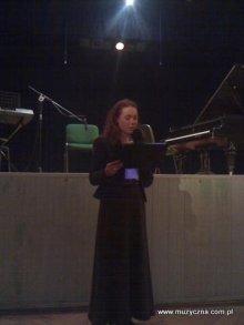 Anna Wójcikiewicz prowadzi koncert.